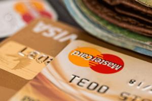 Foto das bandeiras de cartão de crédito visa e mastercard em dois cartões diferentes sob uma mesa