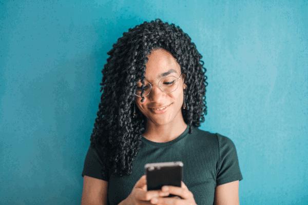 Imagem de uma mulher usando o aplicativo caixa tem, que foi bloqueado para muitas pessoas