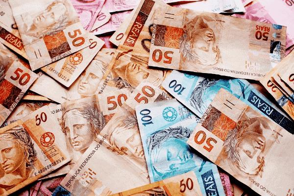 notas de real representando calendário de novos pagamentos auxílio emergencial