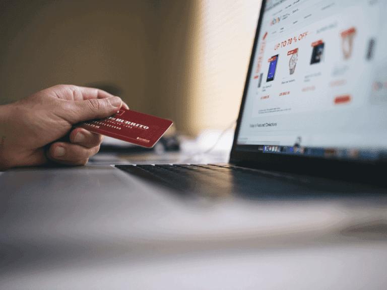 Imagem de uma pessoa fazendo compras com seu cartão Santander Free