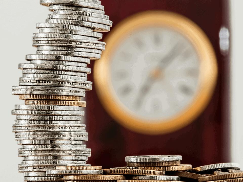Imagem de várias moedas em uma mesa, simbolizando a dúvida de como economizar dinheiro ganhando pouco
