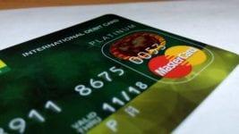 Qual a diferença entre sacar no débito e no crédito?