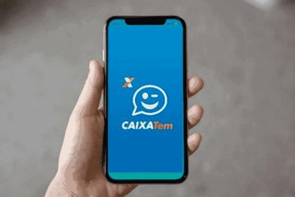 Pessoa segurando smartphone com o app Caixa Tem aberto simbolizando TR VLT CX no Caixa Tem
