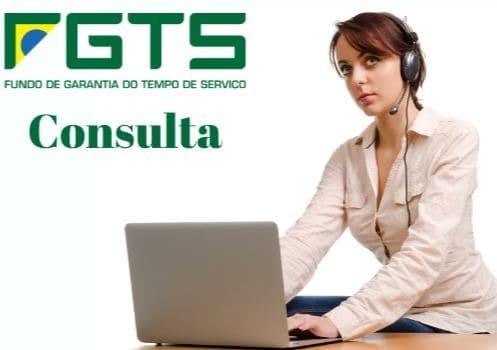 imagem de uma mulher consultando o saldo do fgts no computador