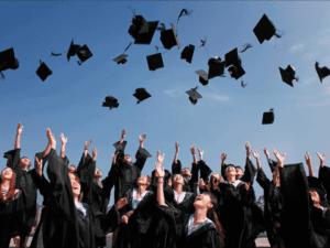 Foto de estudantes se formando na faculdade, representando o financiamento Pravaler