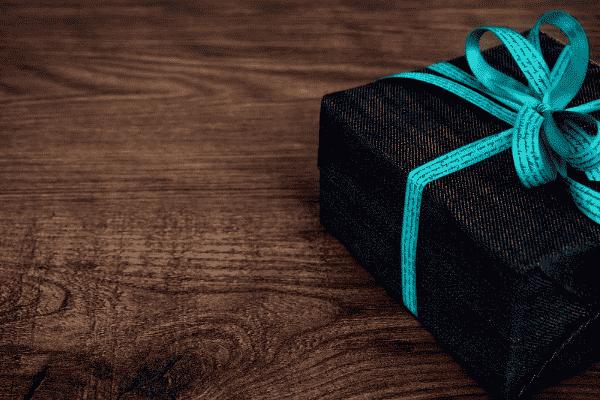 caixa de presente simbolizando o tema ganhar mimos do Nubank e Inter