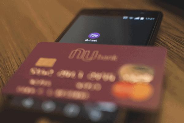 Foto do cartão Nubank sobre um smartphone simbolizando o tema Golpe do e-mail falso do Nubank