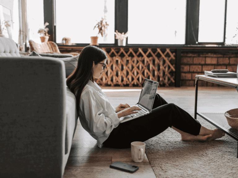 Imagem de uma mulher em sua casa trabalhando em negócios com pouco investimento e retorno rápido