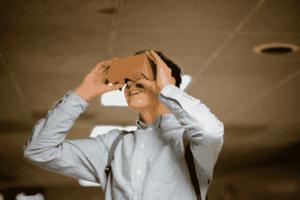 Homem segurando uma espécie de óculos virtual para simbolizar o tema startup