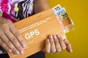 Idosa segurando dinheiro brasileiro para previdência social para aposentadoria