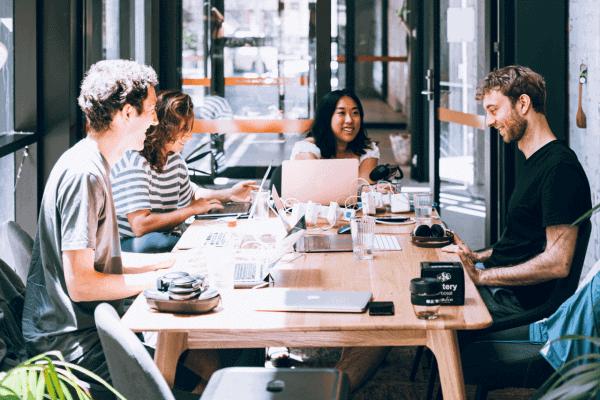 Imagem de jovens em um ambiente descolado falando sobre vagas em startups