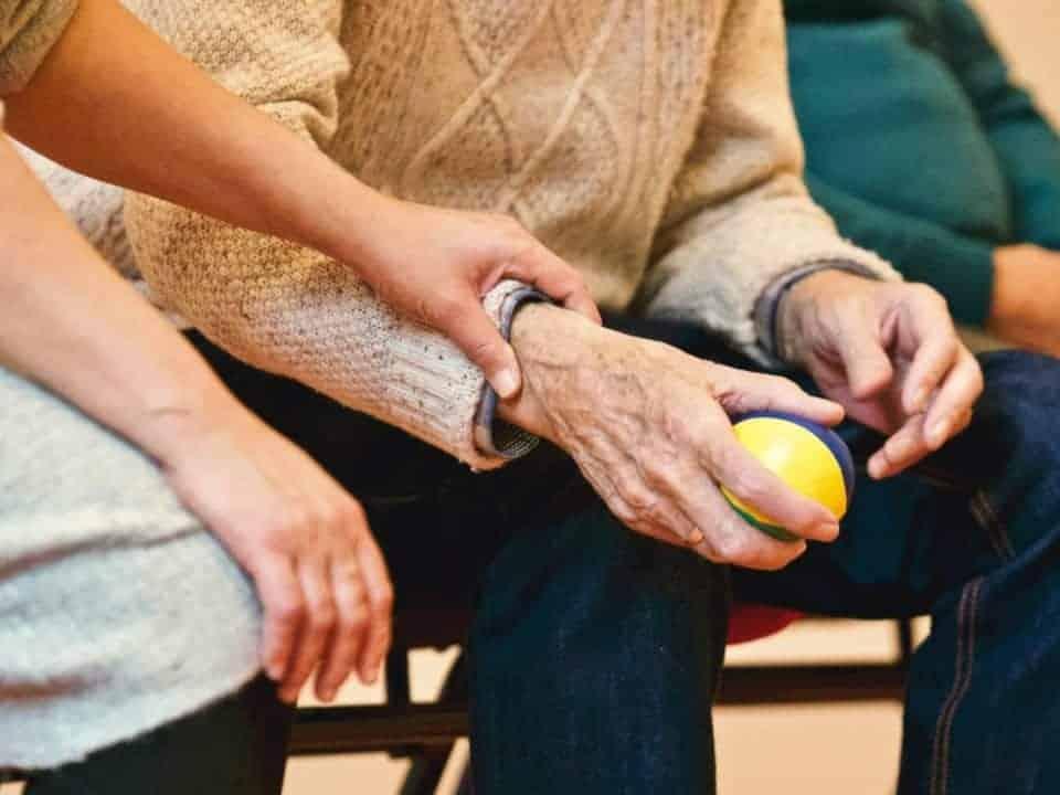 Imagem de um idoso com sua cuidadora, que possivelmente poderá ser contemplado pelo adicional de 25% para aposentados