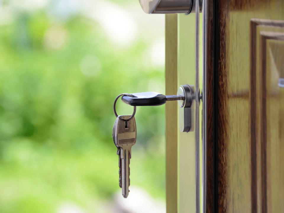 Imagem da chave de uma casa na porta, representando a alta na nflação para aluguel