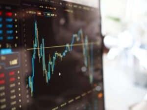 Imagem de uma tela de computador com vários gráficos que representam o crescimento da atividade econômica no Brasil