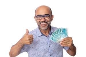Homem recebe R$ 600, 00 de auxilio emergencial - Saque de dinheiro em cédulas de 100