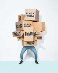 foto de pessoa com caixas, representando black friday