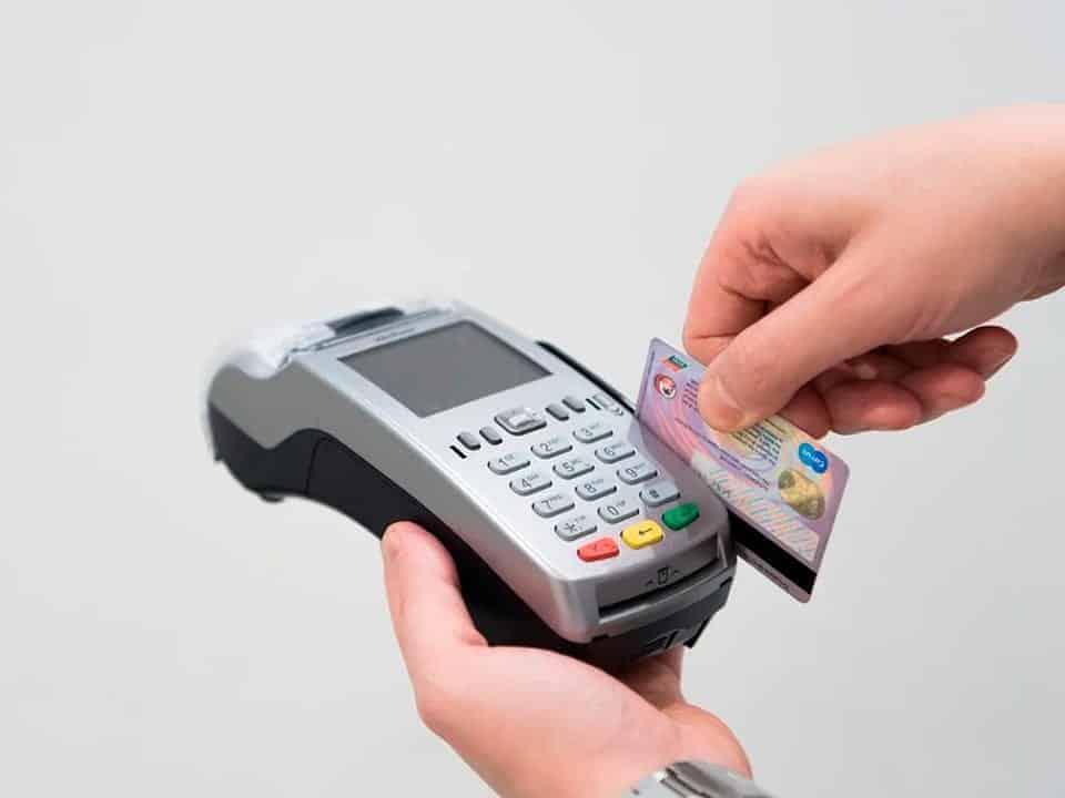 Cartão de crédito internacional passando na maquina de cartão de crédito