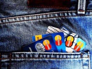 cartões de crédito em carteira, representando cartões de crédito mais fáceis de ser aprovado