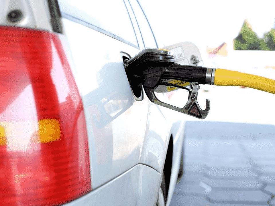 carro com bomba de combustível, representando cashback em combustível