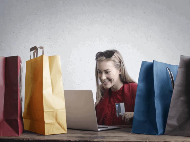 mulher com sacolas de compras, representando cashback no c6 bank