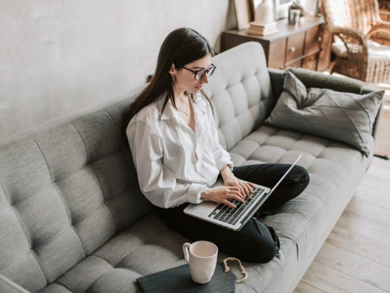 Imagem de uma mulher usando o computador para descobrir como ganhar dinheiro no Mercado Pago