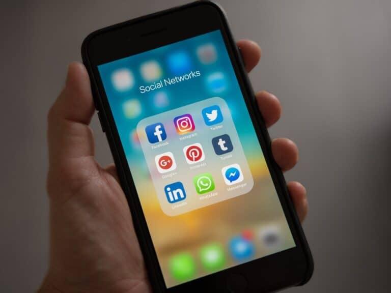Imagem de uma pessoa no celular para aprender como ganhar dinheiro no Pinterest
