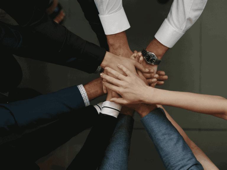 mãos unidas em representação ao consórcio