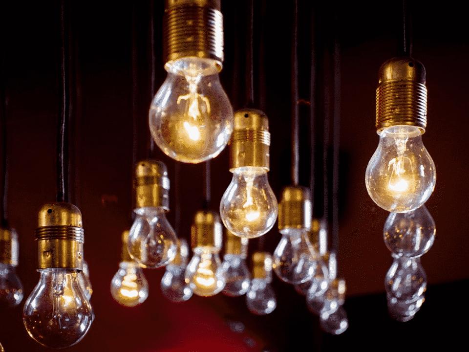 lâmpadas, representando contas de luz mais altas