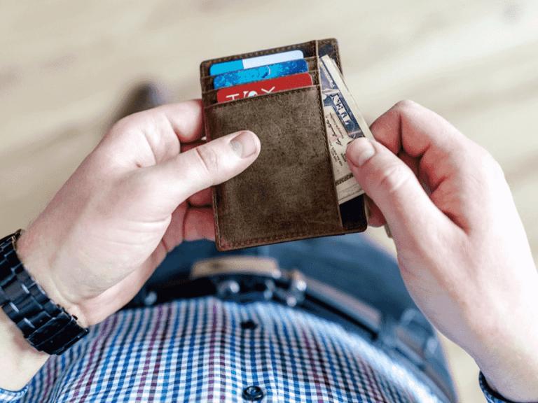 homem com carteira, representando desconto no serasa limpa nome