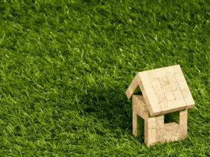 casa de madeira, representando emissão digital de cédulas de crédito imobiliário