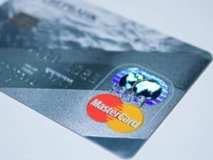 Imagem de um cartão da bandeira Mastercard, clientes podem pedir estorno do cartão de crédito em algumas situações