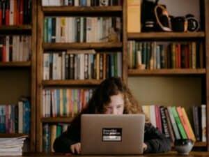 Imagem de uma jovem usando o computador para pesquisar sobre o evento de empreendedorismo da Globo