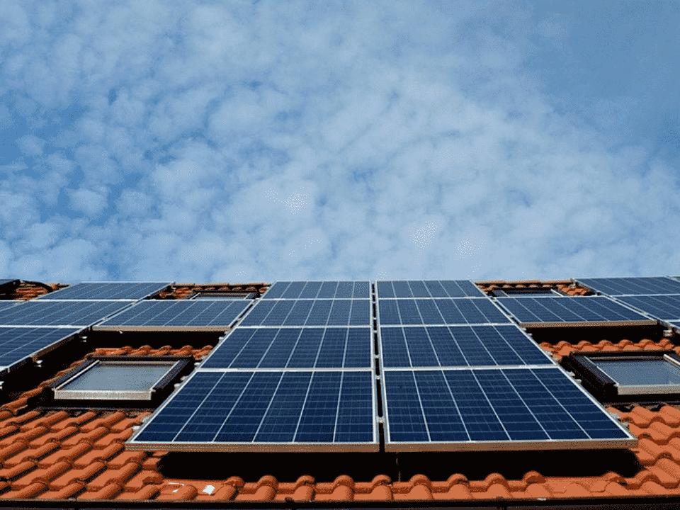 placas voltaicas, representando isenção de impostos para energia solar