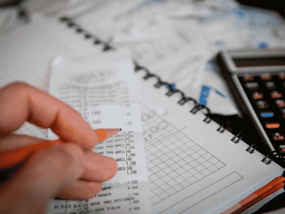 nota fiscal e calculadora, representando lucros e dividendos tributados