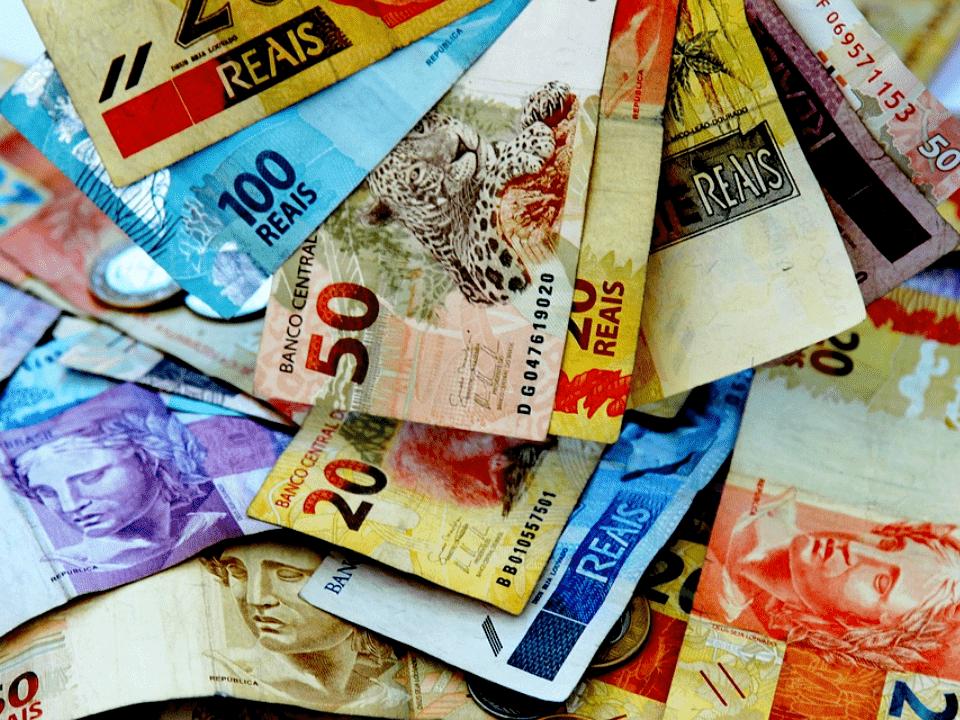 cédulas de real, representando nota de 200 reais