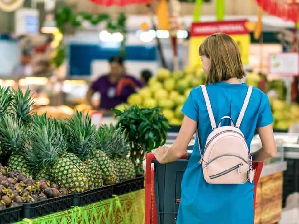 Imagem de uma consumidora fazendo compras no supermercado, ela pode solicitar a Nota Fiscal Paulista para resgatar prêmios