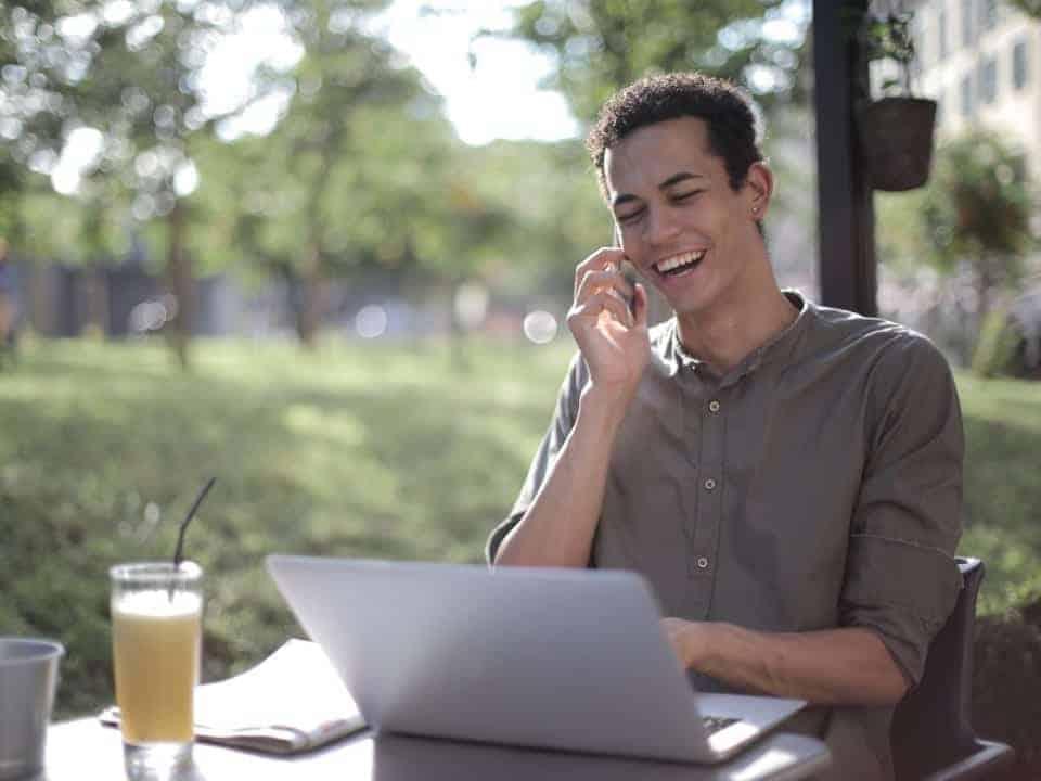 Imagem de um jovem usando seu computador para ler as novidades do pagamento do Tesouro