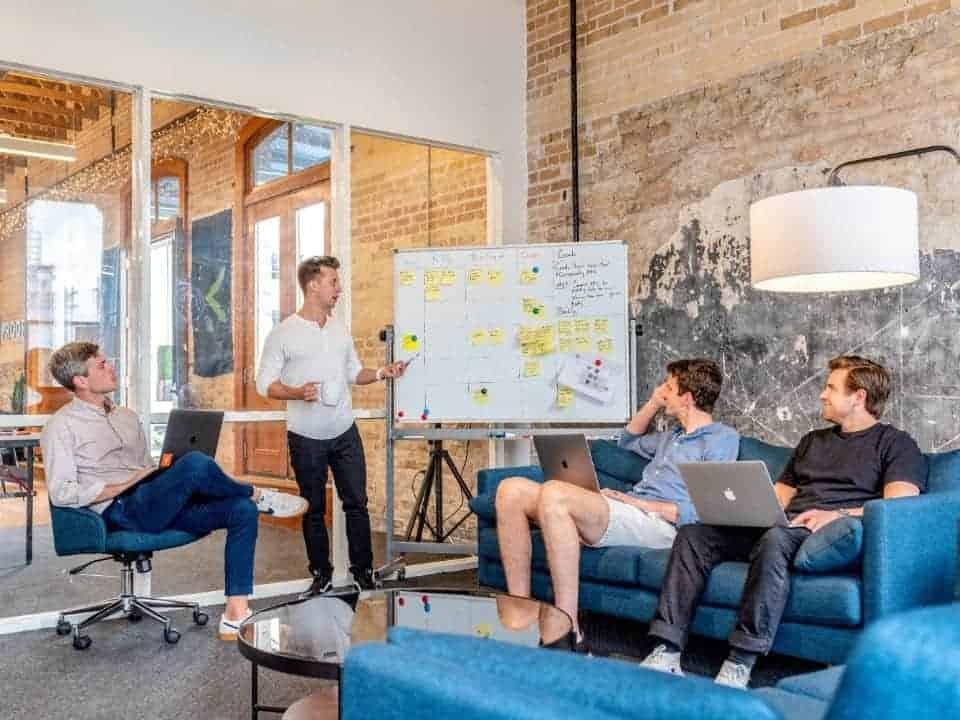 Imagem de um ambiente de inovação, representando as palestras gratuitas da Fundação Estudar