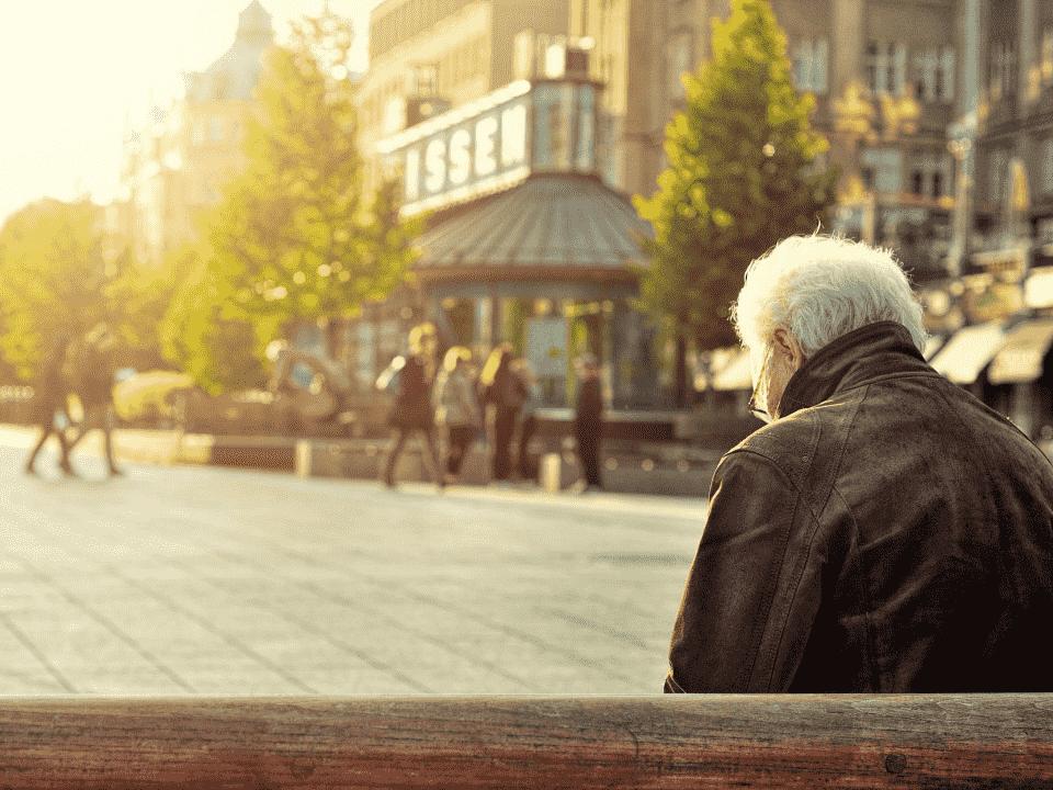 idoso em praça, representando pedido de aposentadoria sem contato
