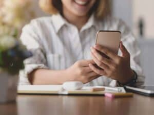 Imagem de uma pessoa usando o celular para acessar seu banco, representando a notícia em que o PIX será gratuito para pessoas físicas