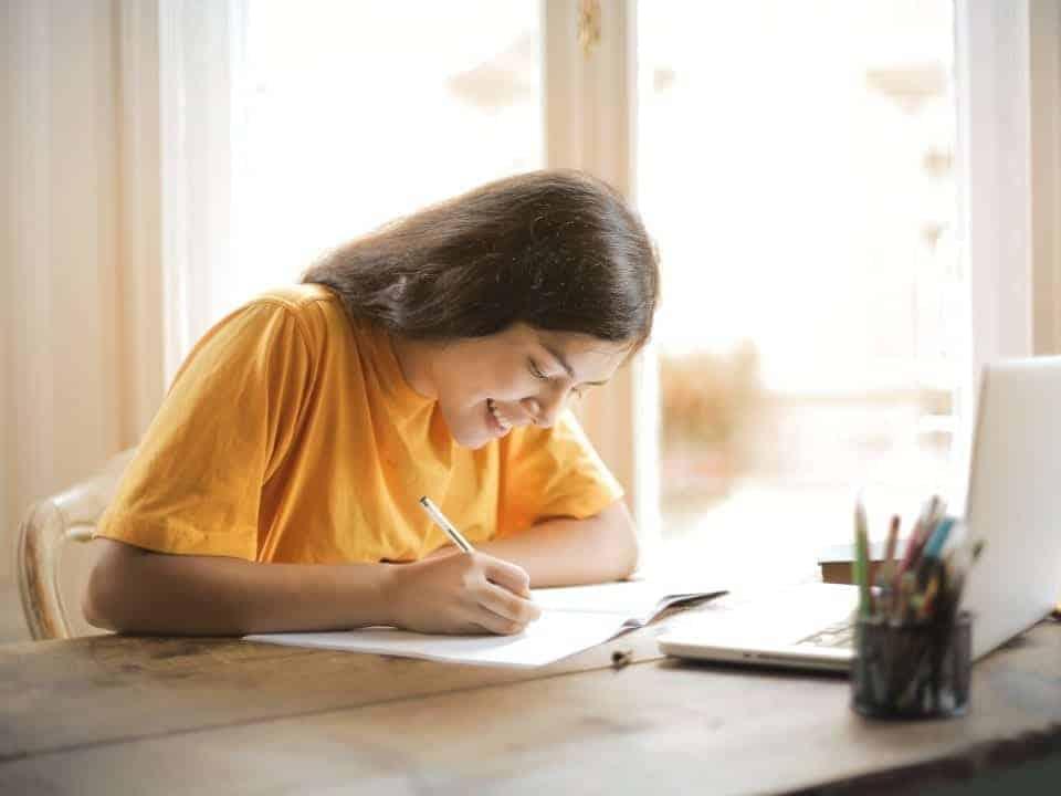 Imagem de uma jovem estudando em sua casa, prefeitura de SP disponibiliza cursos de capacitação em diversas áreas de forma gratuita