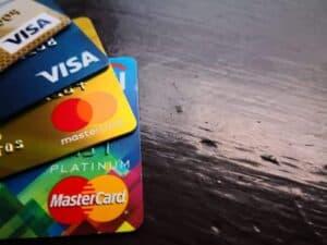 Foto de cartões simbolizando o tema programa de pontos do cartão de crédito