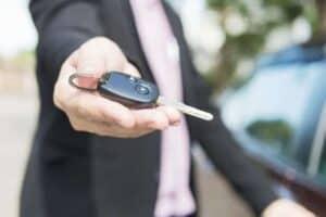 Homem com chave de carro na mão simbolizando o tema Refinanciamento de veículo Itaú