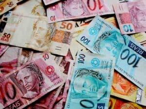cédulas de real, representando salário mínimo em 2021