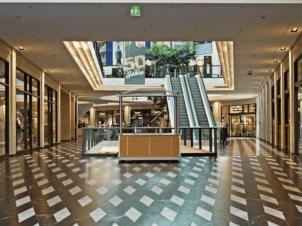 foto de shopping, representando saque em dinheiro no varejo