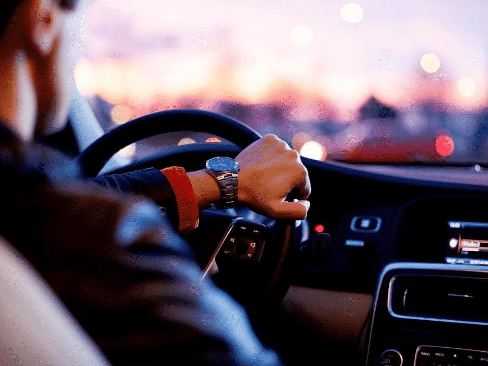 homem dirigindo, representando seguro de carro