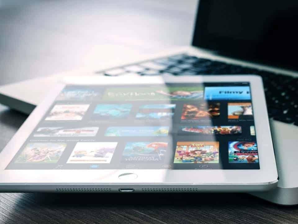 Imagem de um tablet mostrando plataformas de streaming, representando o serviço de streaming da Disney