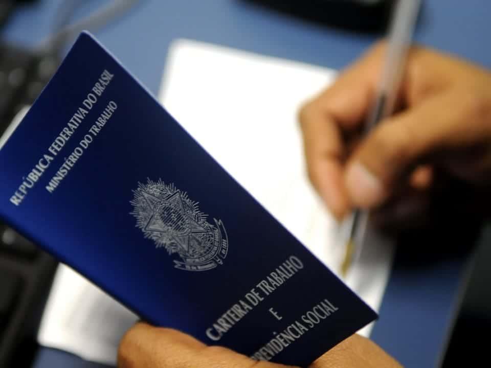Imagem de uma carteira de trabalho, que simboliza a suspensão de contratos e redução de jornadas, prorrogados pelo governo
