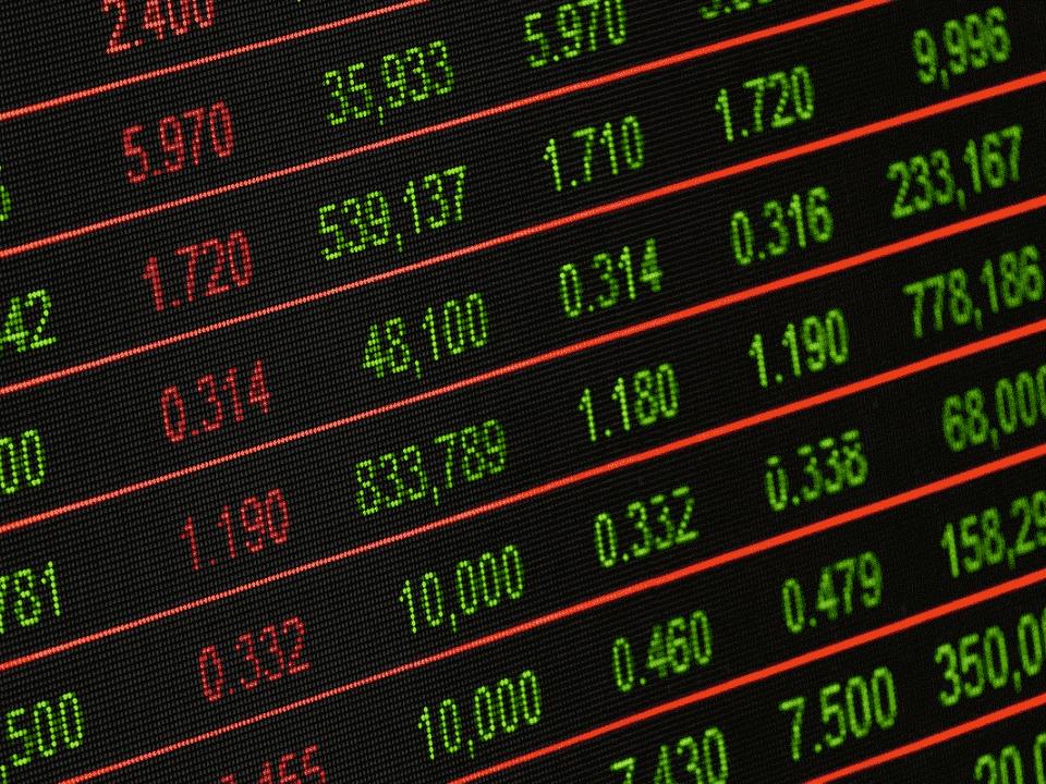 tabela com números, representando taxa de corretagem para investir na bolsa