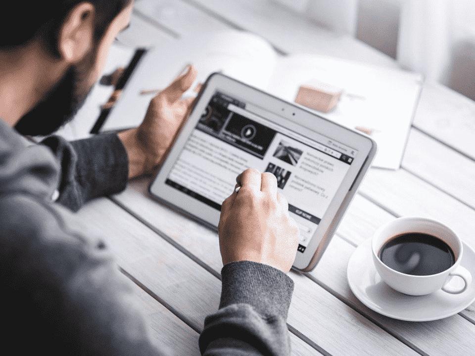 homem em tablet, representando vagas de emprego em tecnologia